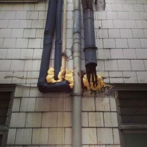 Mal acabado de conductos que atraviesan fachada.  Colocar pasamuros