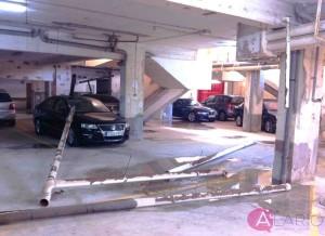 Rotura de conducción colgada en garaje por falta de mantenimiento