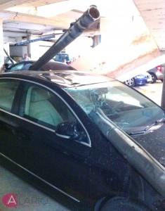 Colector de agua caido sobre coche