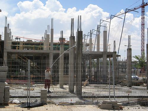 Curado de pilares de hormigón mediante regado