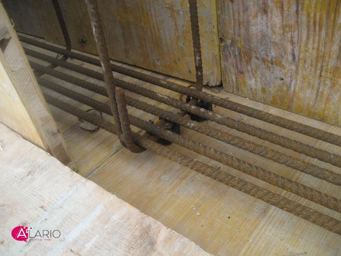 colocación correcta de calzos separadores para hormigón en viga encofrada