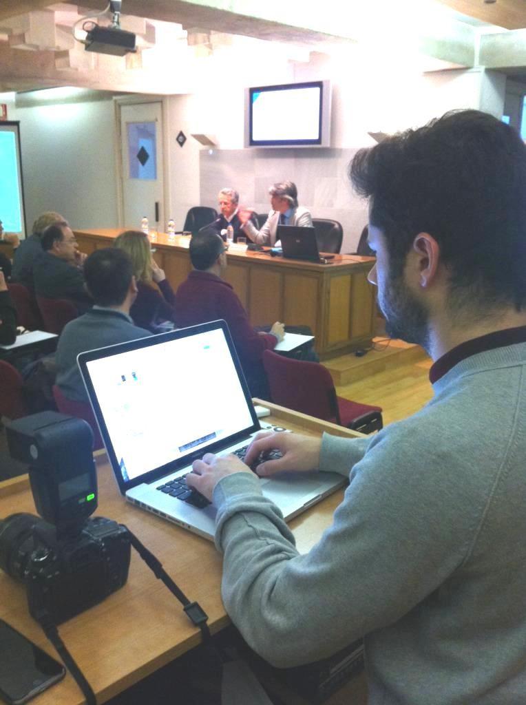 El Colegio de Granada comunicando en directo el evento en redes sociales.