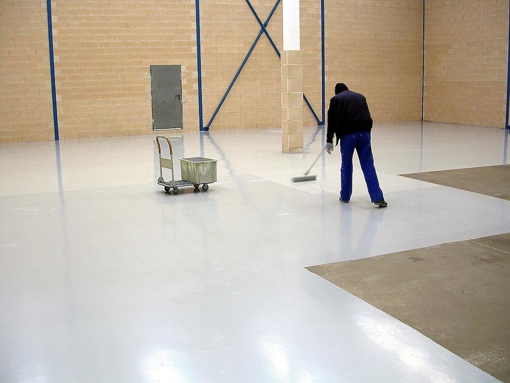 Soluciones para pintar pavimentos de hormig n en garajes - Suelos de caucho para exteriores ...
