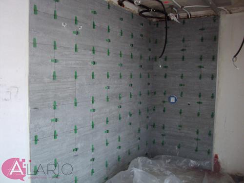 Alicatado de ducha en construcción de vivienda unifamiliar