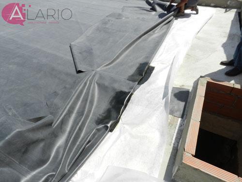 Impermeabilización de cubierta con lámina de EPDM. Extendido sobre geotextil