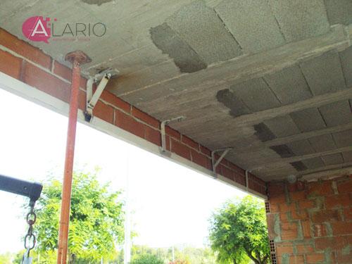 Colocación de dinteles en fachadas. Construcción de vivienda unifamiliar