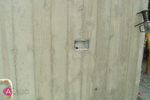 Alojamiento de luminaria en muros de hormigón visto en estructura de vivienda unifamiliar