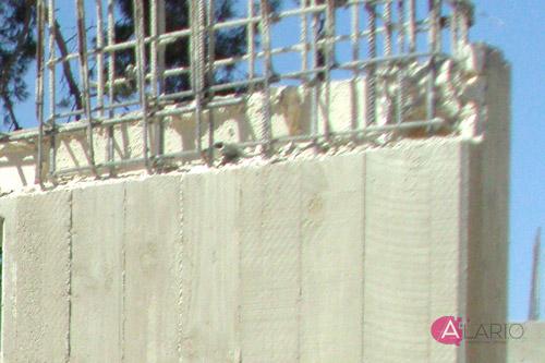 Apoyo forjado sobre muro de hormigón visto en estructura de vivienda unifamiliar