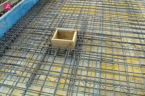 Armado de refuerzo en huecos de losa de hormigón de cubierta en vivienda unifamiliar