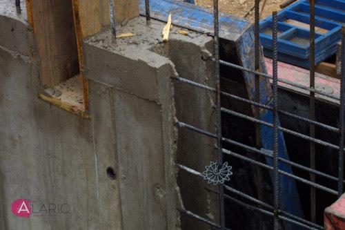 Boca de perro y pasamuros en muro de hormigón visto en estructura de vivienda unifamiliar