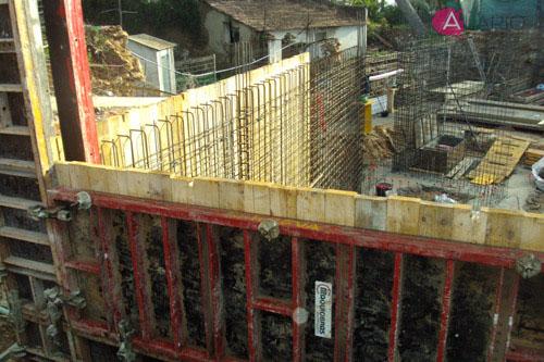 Montaje de muros de hormigón visto en estructura de vivienda unifamiliar