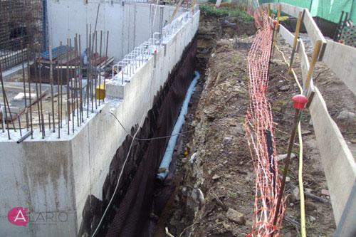 Impermeabilización y drenaje en muro de hormigón visto en estructura de vivienda unifamiliar