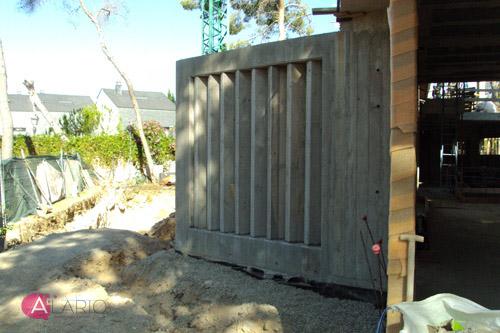 Lamas de hormigón en porche de hormigón visto en vivienda unifamiliar