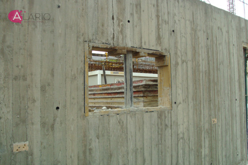 Hueco en muro de hormigón visto en vivienda unifamiliar