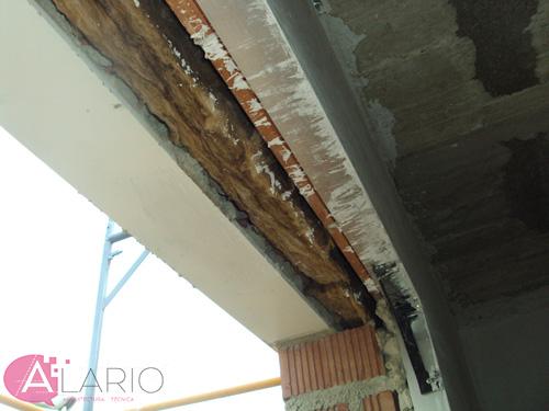 Detalle de aislamiento en fachada en construcción de vivienda unifamiliar