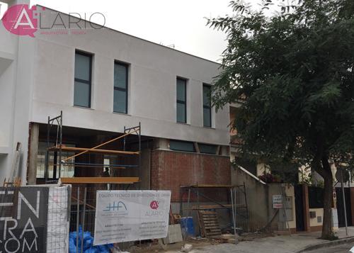 Vista de la fachada delantera enfoscada con cal en construcción de vivienda unifamiliar