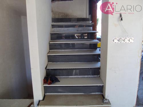 Pavimento de escalera en construcción de vivienda unifamiliar