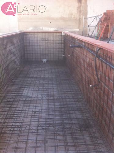 Armado de piscina para gunitar en construcción de vivienda unifamiliar
