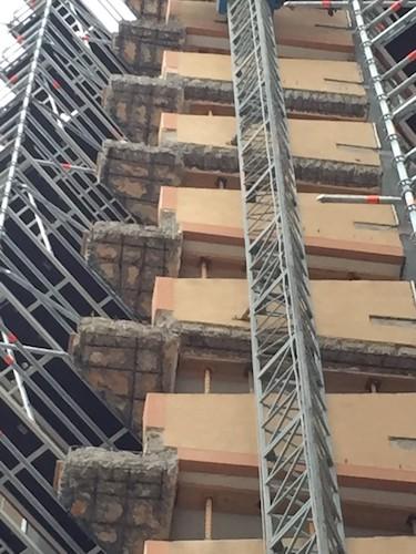 Reparación de estructura de hormigón, picado de punta de voladizo
